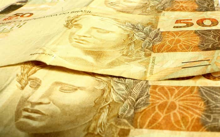 Imagem de nota de 50 reais ilustrando texto sobre como declarar empréstimo no imposto de renda