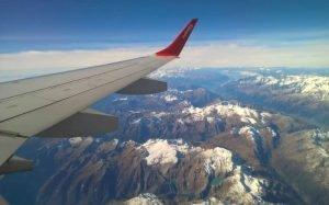 Imagem de asa de avião no ar para ilustrar texto sobre voo comercial mais longo do mundo