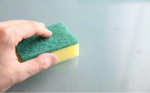 imagem de esponja para ilustrar texto sobre como tirar mancha de graxa