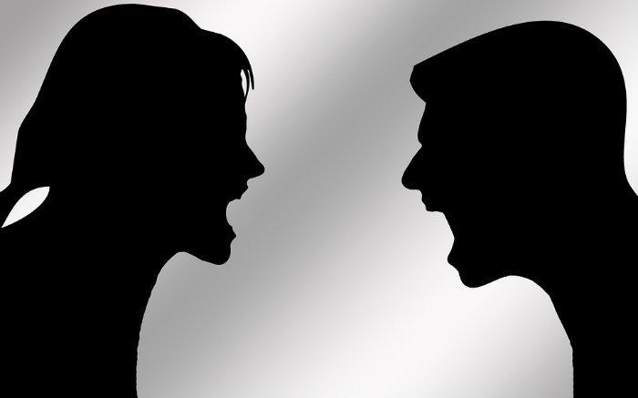 Imagem de duas pessoas discutindo para texto sobre briga de trânsito