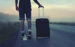 Imagem de um viajante para ilustrar post sobre evitar problemas com seguro viagem