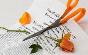 Imagem de um contrato de casamento rasgado para ilustrar post sobre como declarar bens após o divórcio