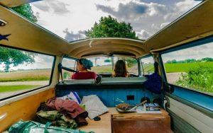 Imagem de duas viajantes para ilustrar post sobre dicas para dirigir numa cidade desconhecida