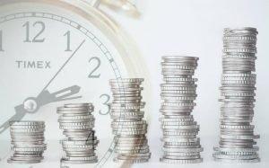 Imagem de dinheiro e relógio para ilustrar texto sobre títulos tesouro direto