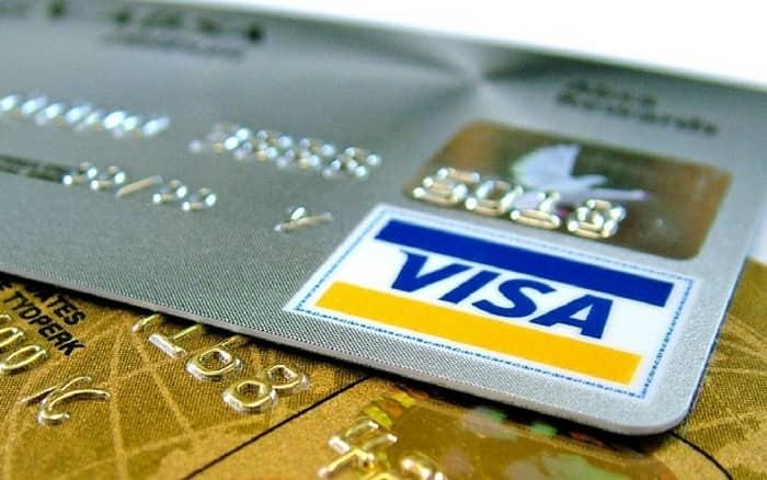 Imagem de cartão de crédito Visa para ilustrar post sobre como usar o seguro viagem cartão visa