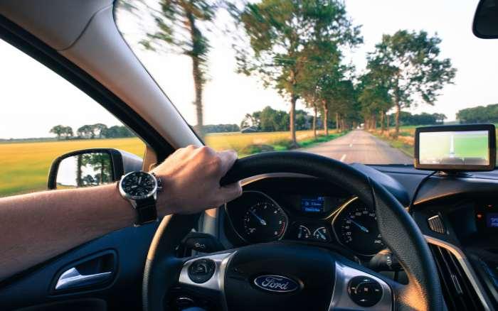 Imagem de motorista dirigindo para ilustrar post sobre CNH vencida