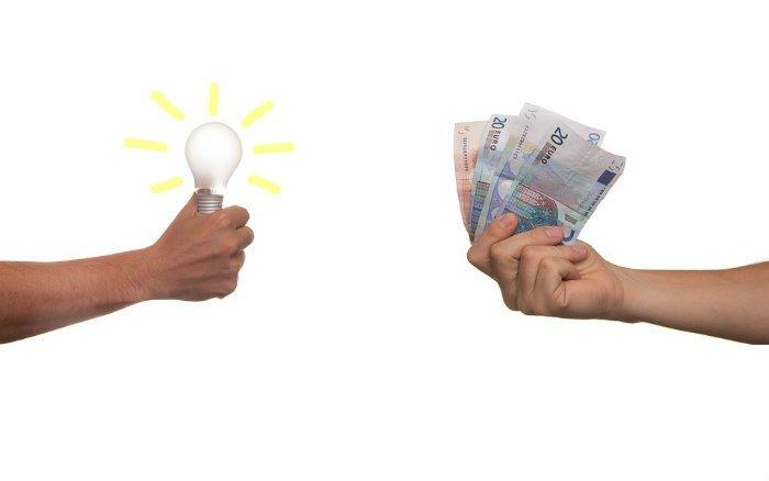 Imagem de pessoa com dinheiro na mão ilustrando post sobre empréstimo para MEI