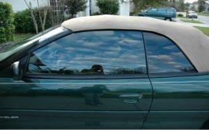 Imagem de carro com insulfilm ilustrando texto sobre qual o melhor insulfilm