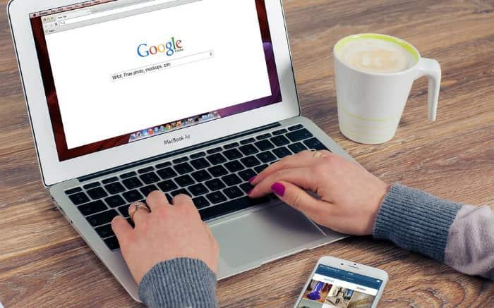 Imagem de pessoa trabalhando no computador ilustrando texto sobre o que é RPA