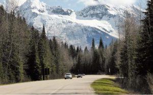 Imagem de carro na estrada ilustrando texto sobre Permissão Internacional para Dirigir