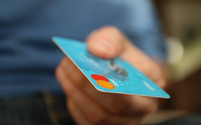 Imagem de cartão de crédito ilustrando texto sobre cartões de crédito de lojas
