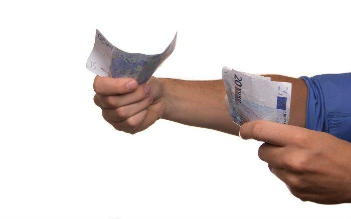 Imagem de dinheiro ilustrando texto sobre pagar empréstimo antecipado