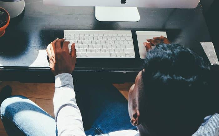 Imagem de pessoa no computador para ilustrar texto sobre abrir conta online
