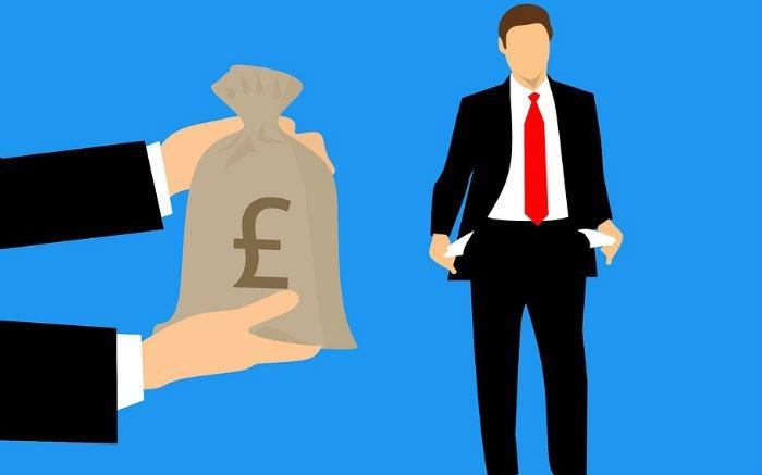 Ilustração de dinheiro e pessoa com bolso vazio para texto sobre consolidação de dívidas