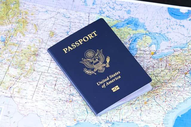 imagem de um passaporte norte americano em cima de um mapa dos Estados Unidos