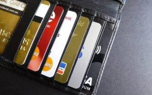 Imagem de cartões para ilustrar texto sobre operadoras de cartão de crédito