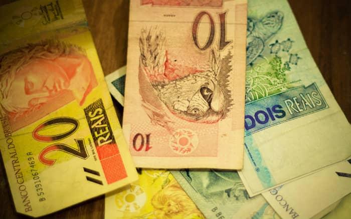 Imagem de dinheiro ilustrando texto sobre empréstimo consignado