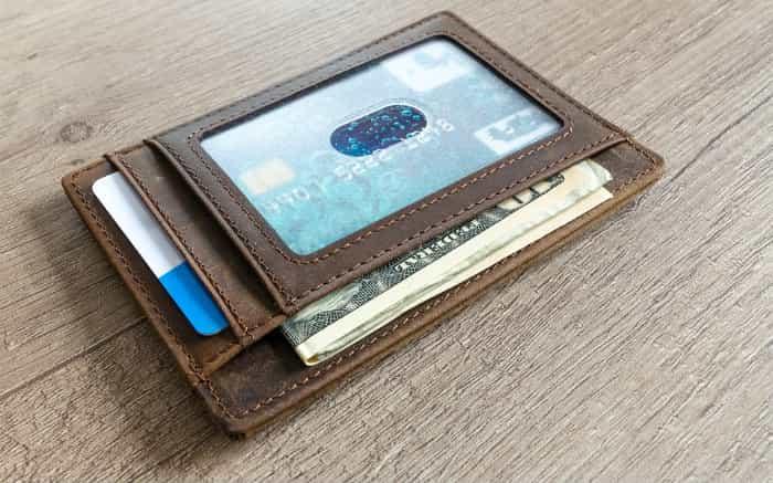 Imagem de carteira com cartão ilustrando texto sobre cartão de crédito pré-pago internacional
