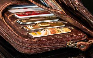 Imagem de carteira com cartões de crédito ilustrando texto sobre melhor cartão para acumular milhas