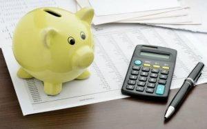 Imagem de cofre e calculadora ilustrando texto sobre cartão de crédito sem comprovante de renda