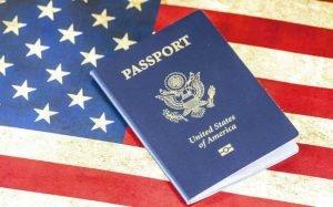 Imagem de bandeira dos EUA com passaporte ilustrando texto sobre visto americano negado.