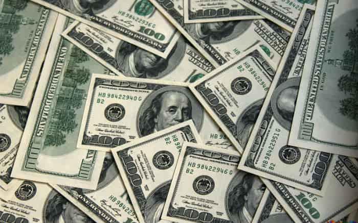 Imagem de dólar para ilustrar texto sobre investir no exterior