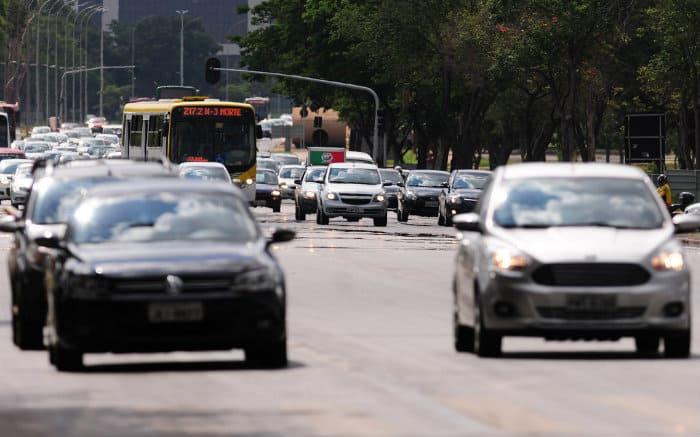 Imagem de carros para ilustrar texto sobre o Código de Trânsito Brasileiro