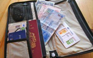 Imagem de carteira para viagem para ilustrar texto sobre quanto custa o seguro viagem