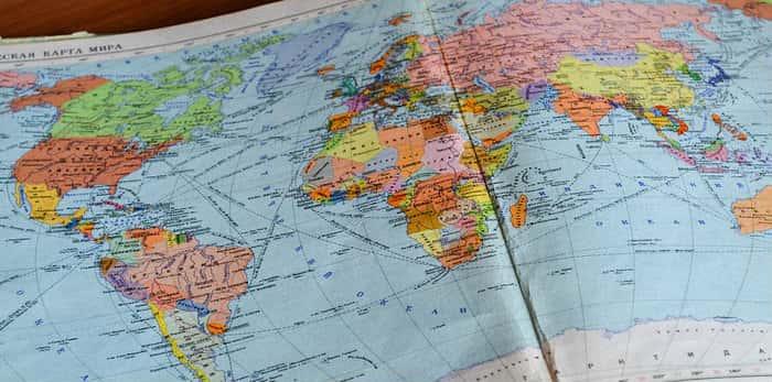 Imagem de mapa mundi para ilustrar texto sobre como contratar seguro saúde para viagem internacional