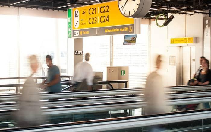 Imagem de aeroporto ilustrando texto sobre reclamações de seguro viagem