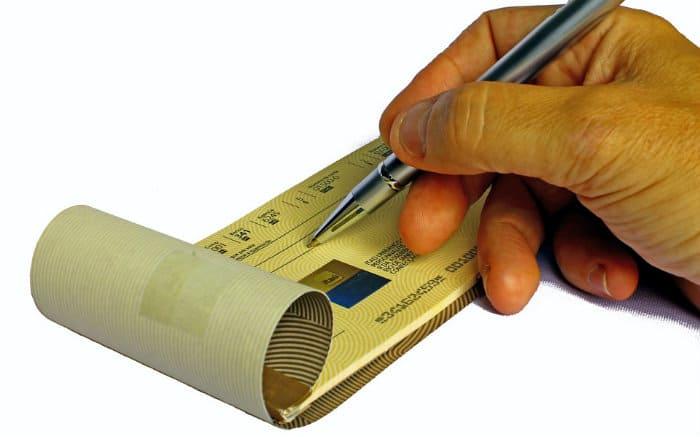Imagem de talão de cheques ilustrando texto sobre empréstimo com cheque