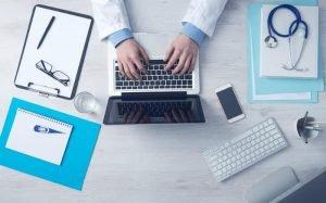 imagem de médico mexendo no computador para ilustrar texto sobre plano hospitalar