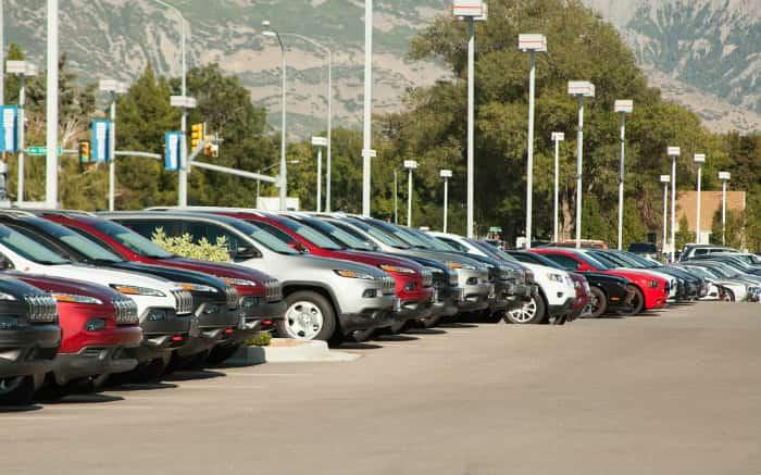 imagem de carros novos para ilustrar texto sobre como cancelar um consórcio