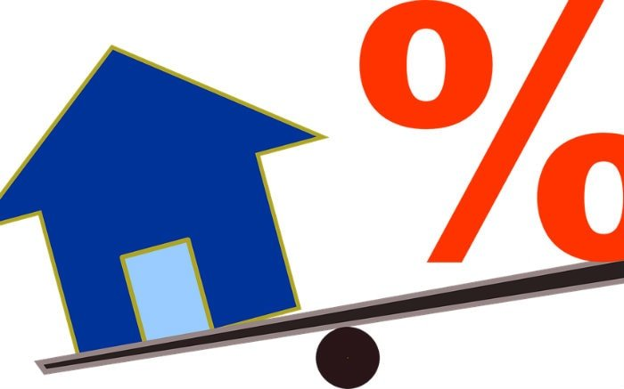 Desenho de casa e símbolo de porcentagem ilustrando texto sobre consórcio com nome sujo