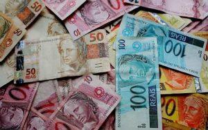 Imagem de notas dinheiro para ilustrar texto sobre como calcular consórcio
