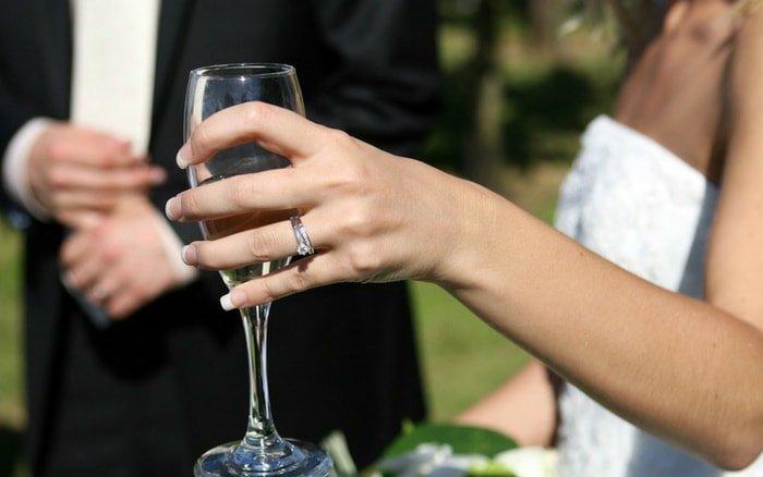 Noiva com taça na mão