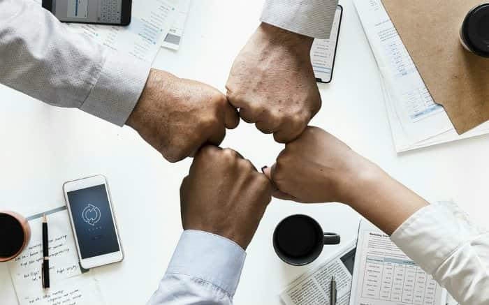 imagem de mãos unidas representando o fechamento de negócio para ilustrar texto sobre o que é cota no consórcio