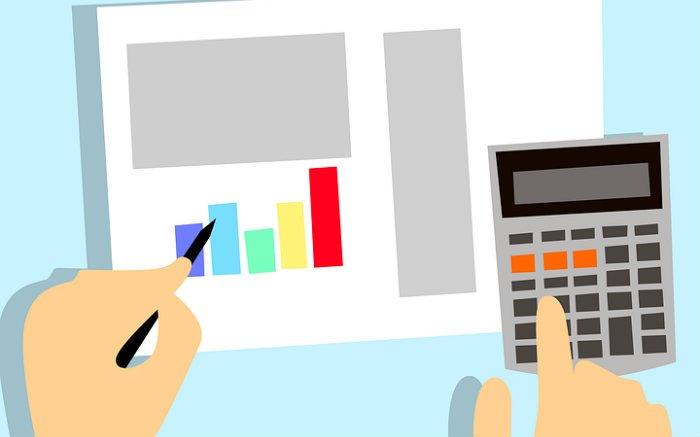 Ilustração de gráficos e calculadora para texto sobre como se organizar financeiramente para um consórcio