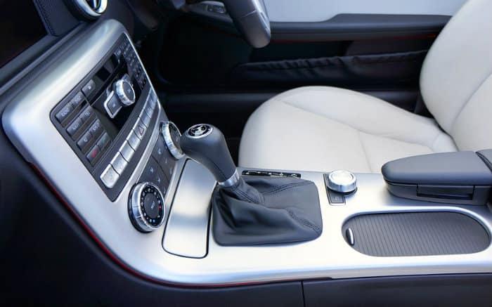Imagem de câmbio de carro para ilustrar texto sobre carro automático barato