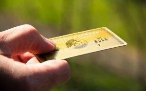Imagem de cartão de crédito ilustrando texto sobre como adquirir a Moderninha