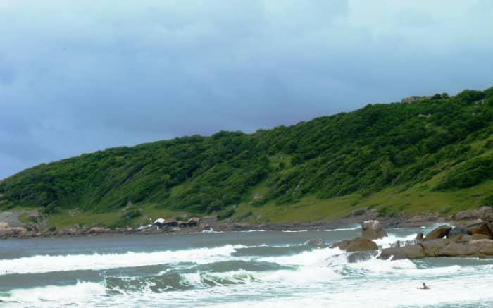 foto da praia do rosa para texto sobre viagem de lua de mel