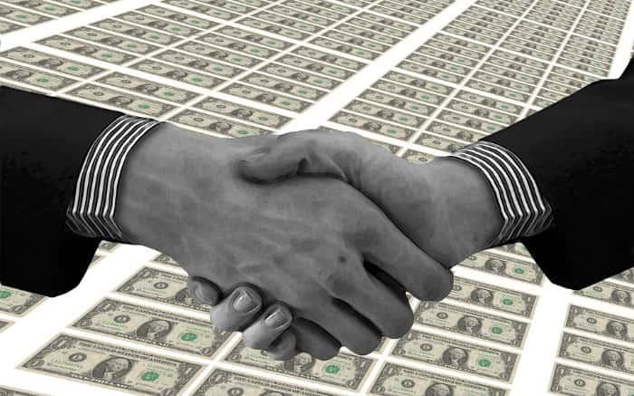 Imagem de mãos fazendo um acordo para ilustrar texto sobre consórcio entre amigos