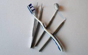 Imagem de instrumentos de dentista para ilustrar texto sobre plano odontológico barato