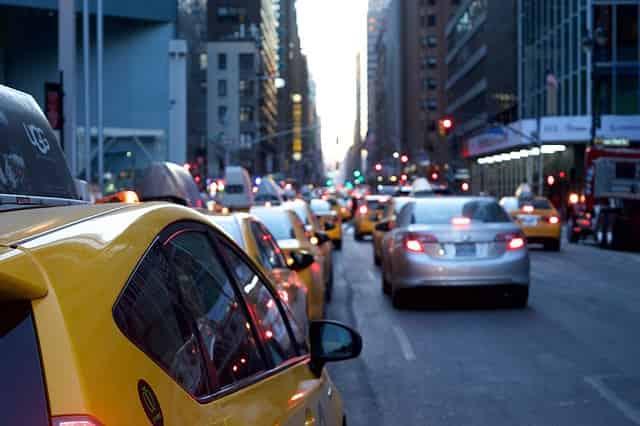 Imagem de carros no transito para ilustrar a postagem sobre as melhores seguradoras de automóveis.