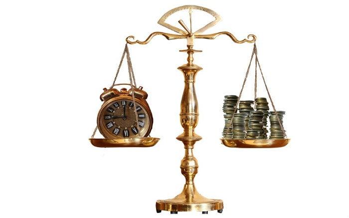 Imagem de balança com dinheiro e relógio ilustrando texto sobre seguro garantia judicial
