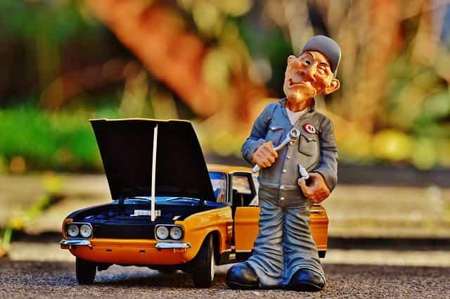 imagem com uma miniatura de carro e homem para explicar o que é carro sinistrado