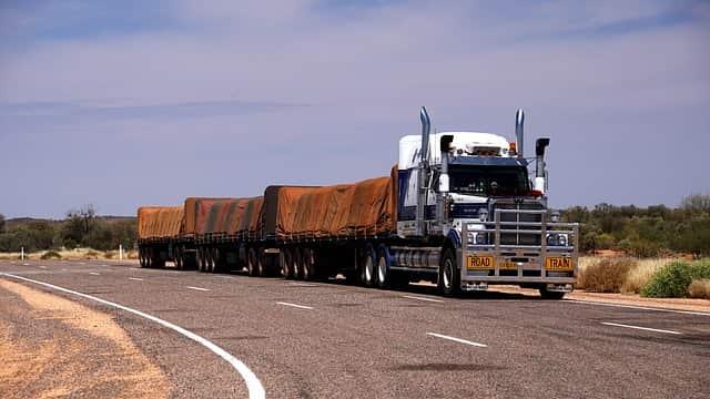 imagem de um caminhão na estrada para exemplificar postagem sobre seguro para caminhão