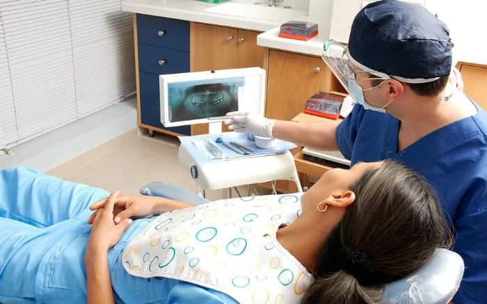 Foto de paciente e dentista para ilustrar texto sobre tipos de dentista