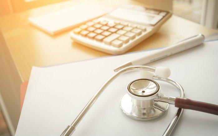 Imagem de dinheiro, equipamento médico e remédio para ilustrar texto sobre reembolso do plano de saúde