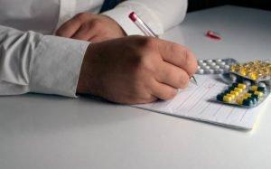 Foto de médico fazendo uma receita para ilustrar texto sobre Plano de saúde ambulatorial